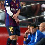 El delantero argentino del FC Barcelona, Leo Messi, abandona el terreno de juego tras caer lesionado en una jugada del encuentro correspondiente a la novena jornada de primera división que disputan frente al Sevilla en el estadio del Camp Nou, en Barcelona.  EFE/Alberto Estévez.