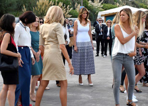 La primera dama de EE.UU., Melania Trump (C), llega para una reunión con los surfistas en la playa Cote des Basques como parte de la cumbre del G7, en Biarritz, Francia, el 26 de agosto de 2019. EFE/EPA/JULIEN DE ROSA